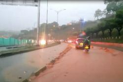 Viaducto García Cadena de Bucaramanga se inundó tras lluvias