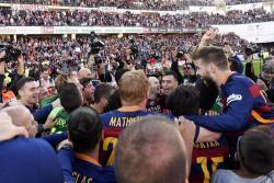 Barcelona celebró el título en la cancha con invasión de hinchas