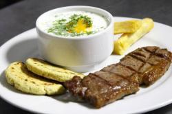 Aprenda a preparar el mejor desayuno típico santandereano: caldo, arepa y carne asada
