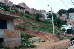 Alertan por grietas que afectan a viviendas de barrio de Floridablanca