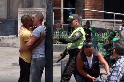 Policías reprendieron a pareja de homosexuales por besarse en público