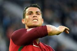 Ronaldo le quita el micrófono a un periodista y lo lanza al agua