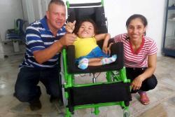 Esperó 11 meses y joven con 'huesos de cristal' ya tiene una silla de ruedas adecuada