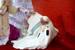 El Papa sufre una caída durante una misa en Polonia