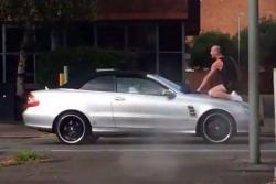 Hombre furioso se sube en un Mercedes a romper el parabrisas