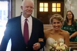 Novia va al altar del brazo del hombre al que su padre donó el corazón