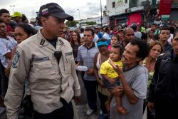 Venezolanos revuelven la basura para buscar comida debido a la crisis