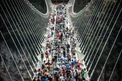 China inaugura el puente con piso de vidrio más largo del mundo