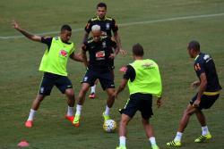 Aficionados tumbaron a Neymar para darle un beso