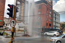 Chorro de agua de 15 metros en Bucaramanga, tras rotura de tubería