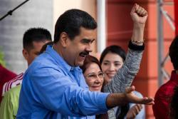 Bailando salsa, Maduro sortea los reproches por la crisis de Venezuela