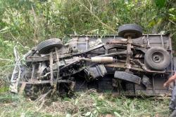 Camión de carga rodó 100 metros por un abismo en Bucaramanga