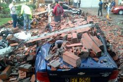 Video registró caída de un muro sobre varios vehículos tras tormenta en Medellín