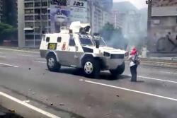 Mujer que detuvo un tanque es el símbolo de protestas en Venezuela