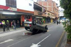 Vea el accidente que dejó un vehículo volteado en la calle 56 de Bucaramanga
