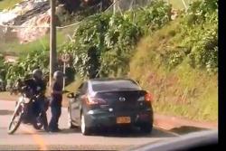 Video registra el momento en el que 'fleteros' se llevan el botín de un carro en Medellín