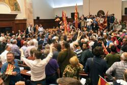 Videos registraron cómo el parlamento de Macedonia se convirtió en campo de batalla