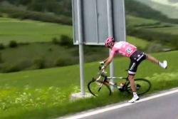 Por problemas estomacales, Tom Dumoulin pierde tiempo con Quintana en el Giro