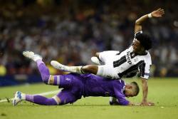 Critican a Sergio Ramos por exagerar empujón de Cuadrado en la Liga de Campeones