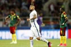 Chile derrotó 2-0 a Camerún en su debut en la Copa Confederaciones