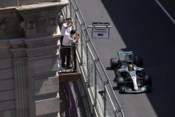Hamilton se impuso en Azerbaiyán con un tiempo de un minuto, 40 segundos y 593 milésimas.