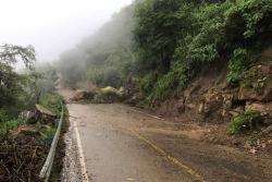 Gigantescas rocas obstaculizan vía entre San Gil y Barichara