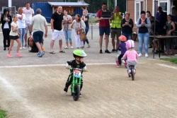 El pequeño ciclista que prefirió divertirse en vez de ganar una competencia