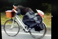 Monja causa sensación en redes sociales por su estilo de montar bicicleta