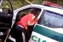 Indignación por video que muestra cómo roban a los policías asesinados en el Cauca