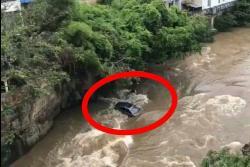 Video registró a vehículo que rodó y cayó al Río Fonce, en San Gil