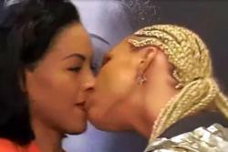 Boxeadora besa en los labios a su rival durante la presentación de la pelea