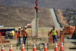 Avanza construcción de prototipos del muro entre México y Estados Unidos