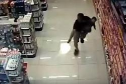 Policía que llevaba a su hijo en brazos mató a dos asaltantes en Brasil