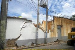 Demuelen estructura a punto de colapsar en Floridablanca