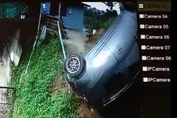 Video capta momento en que un automóvil se vuelca en una vereda de Floridablanca