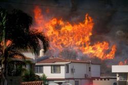Incendios en EE. UU. dejan un muerto, 500 casas destruidas y miles de evacuados