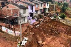 Alerta por amenaza de derrumbe de casas en barrio de Floridablanca