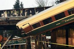 Un tren se descarriló y cayó desde un puente en Estados Unidos