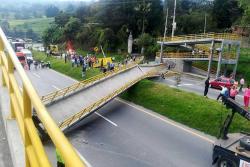 Video registró cómo un tractocamión tumbó un puente en la vía Bogotá - Girardot