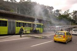 Emergencia en Floridablanca por incendio en bus de Metrolínea