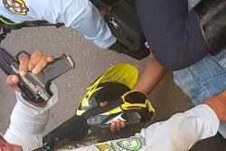 Detienen a motociclista que intentó agredir a un alférez con una pistola de salva en Bucaramanga