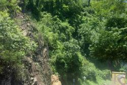 Paso a un carril en vía entre San Gil y Socorro por caída de roca