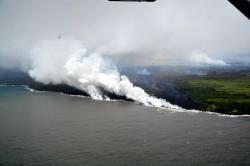 Una nube tóxica se elevó sobre Hawái mientras la lava llega al océano