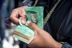 Militares custodian nuevos billetes para evitar contrabando en Venezuela