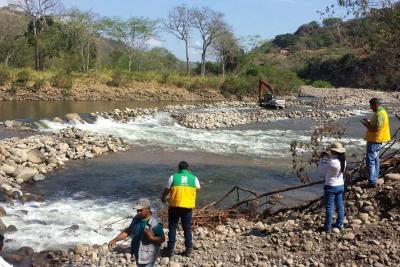 Funcionarios de la CAS, luego de realizar una visita al río Suárez, en el sitio las Juntas en jurisdicción del Socorro, Cabrera y Palmar, resolvieron mediante acta, suspender las actividades de explotación minera que allí se adelantaban por desviar el afluente y otras falencias a la licencia
