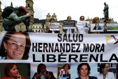 En la plaza de Bolívar, en Bogotá, varias personas se manifestaron a favor de la liberación de Salud Hernández y los periodistas Diego D'Pablos y Carlos Melo.