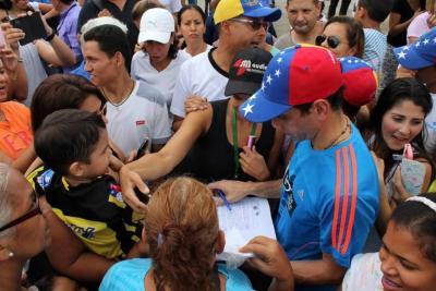 Henrique Capriles reiteró el sábado que para que haya diálogo en el país debe anunciarse primero la fecha en la que se realizará el referendo para revocar al presidente Nicolás Maduro.