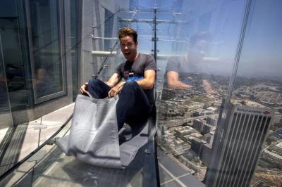 Inaugurán un tobogán de vidrio en el edificio más alto de Los Ángeles
