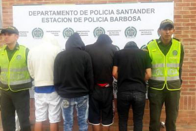 A disposición de la Fiscalía quedaron cuatro adultos en momentos en que atacaban con piedras una vivienda en el barrio Cañaveral. En el hecho también fue aprehendido un menor de edad.