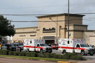 Los servicios de emergencia delimitaron un área para asistir a las víctimas en centro comercial cercano.